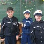 Die Polizisten sorgen für Sicherheit
