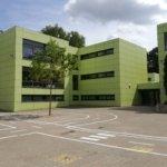 Schulhof (Blick auf das Gebäude)